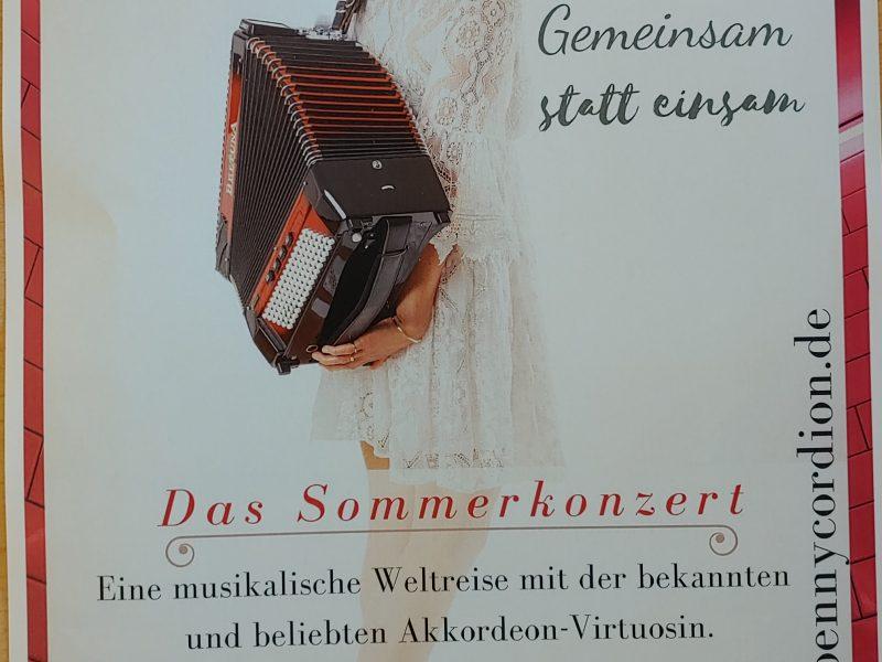 """Sommerkonzert """"Gemeinsam statt gemeinsam"""". Die Akkordeonistin Penny Simms präsentiert einen Strauß bekannter Melodien aus Klassik und Schlager im Garten des Rosemarie-Nieschlag-Hauses."""